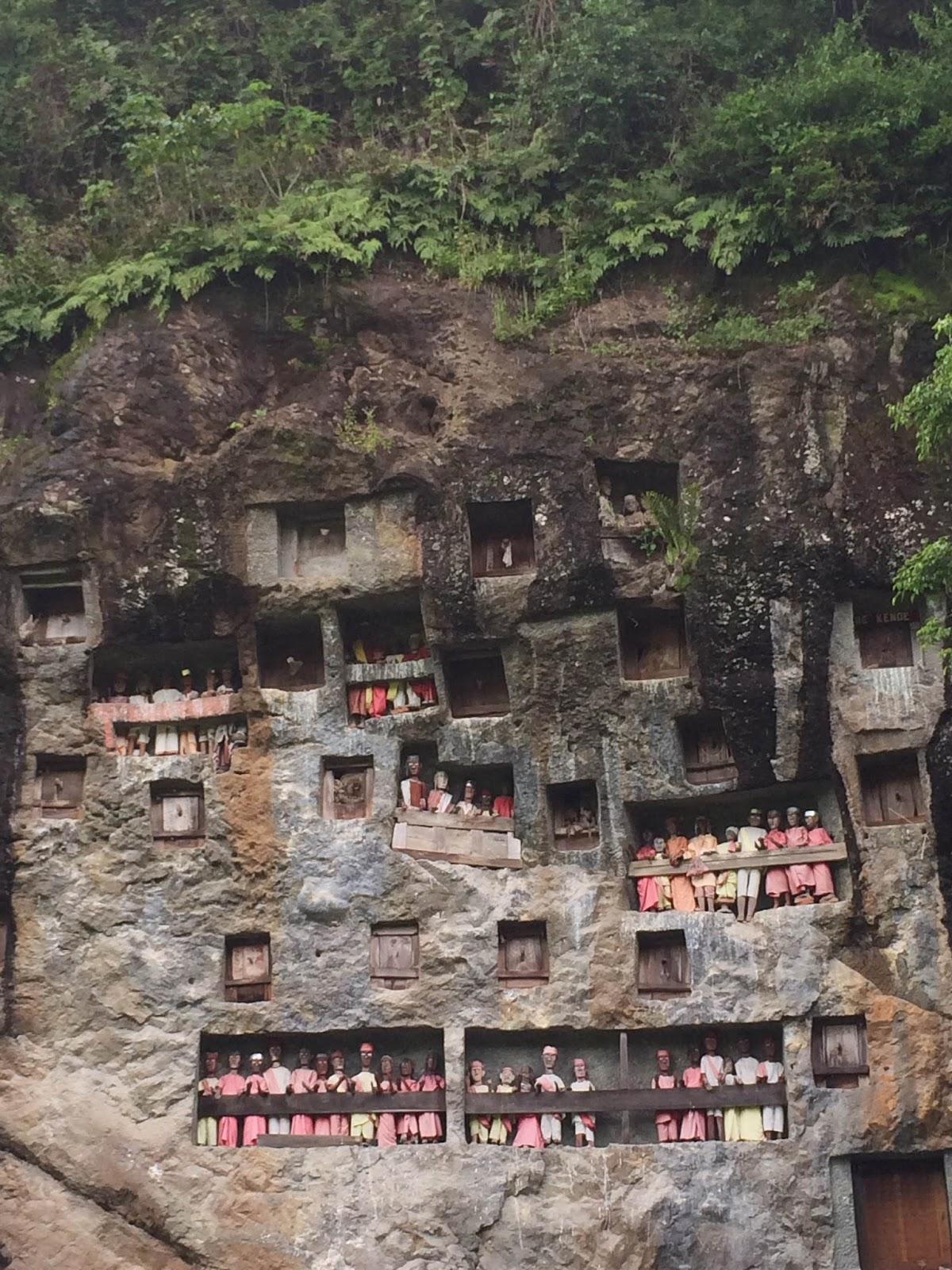 Tebing Dengan Jajaran Patung di Tana Toraja