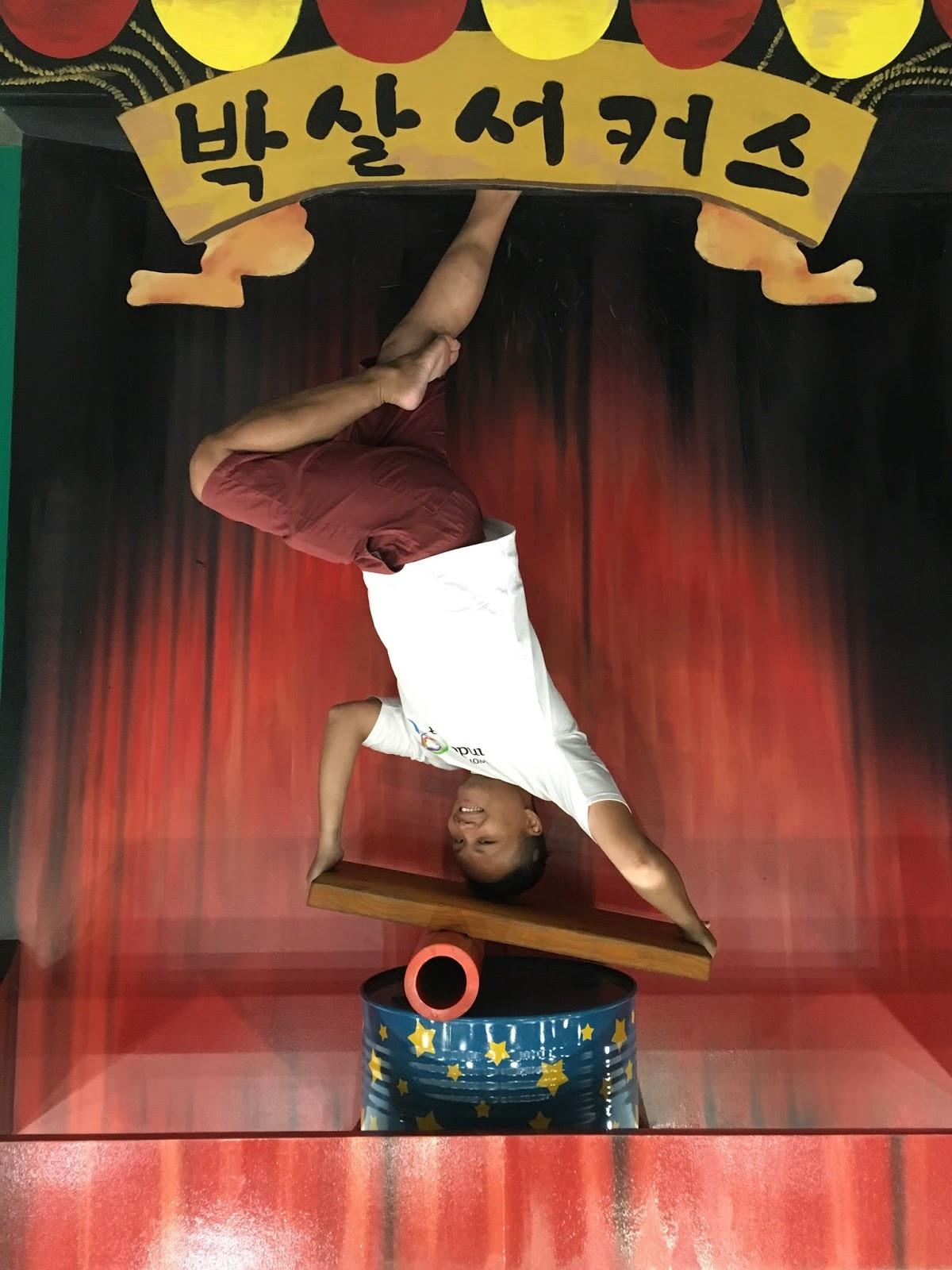 Pose akrobatik di Alive Museum Ancol
