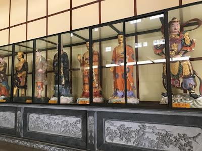 Barisan patung di Vihara