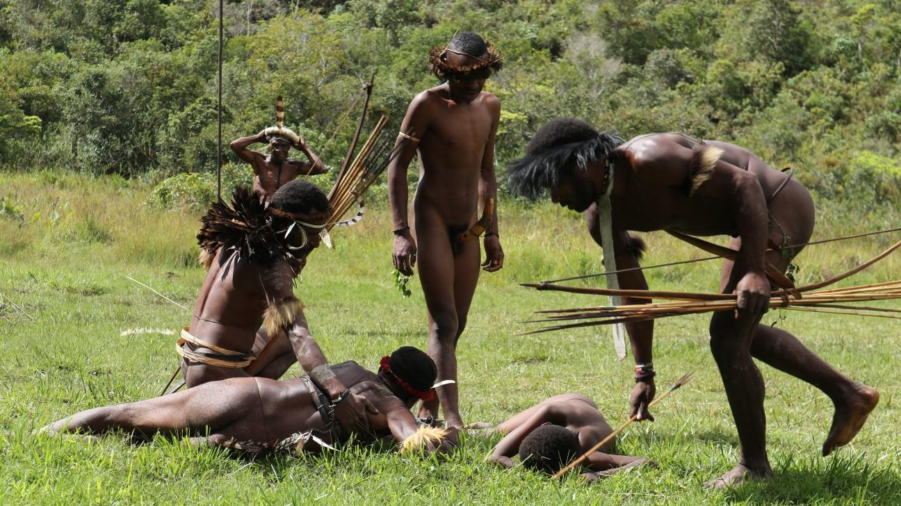 Pertunjukan perang antar suku oleh para lelaki macho digelar untuk menyambut turis
