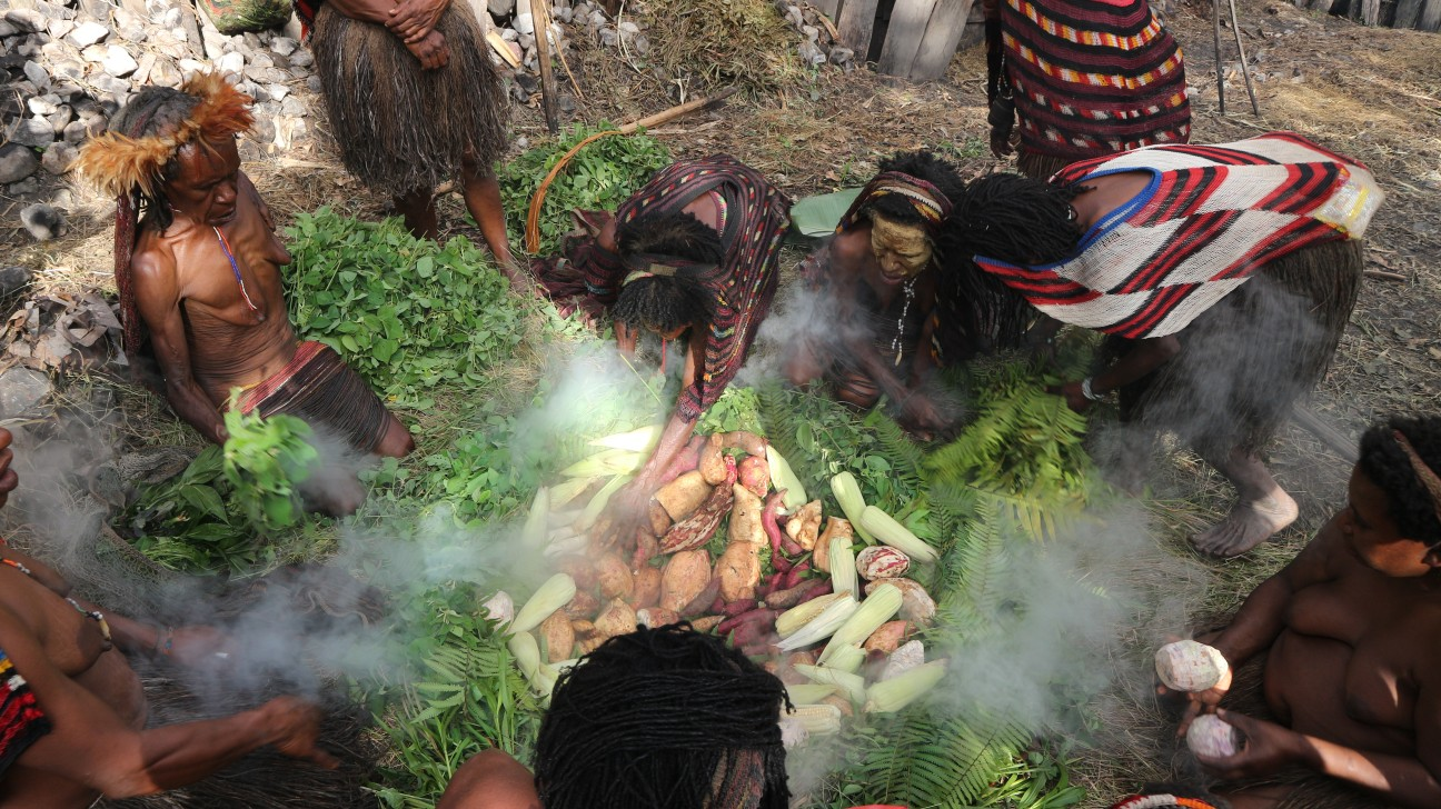 Bahan makanan seperti ayam, jagung, ubi dan dedaunan dimasukkan dalam tanah