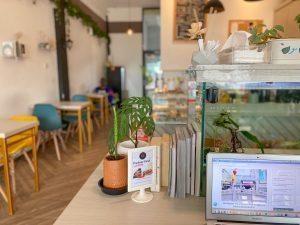 Area makan di Kopi Kura Jakarta